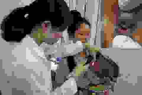 Thêm bệnh nhi hỏng mắt vì nhỏ sữa mẹ chữa đỏ mắt