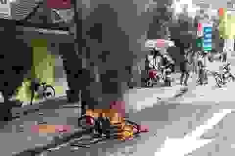 """Truy đuổi, đốt xe máy người đi đường vì thấy """"ngứa mắt"""""""