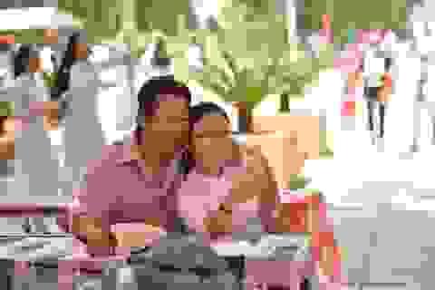 Xúc động hình ảnh người cha đi dép lê, áo đẫm mồ hôi theo con gái dự tổng kết
