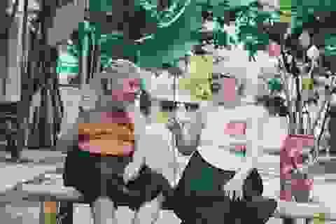 Nụ cười yêu đời của hai cụ bà bên hoa sen