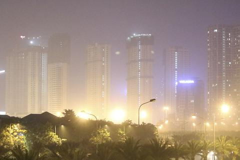 Đô thị phía Tây Hà Nội mờ ảo vì khói đốt rơm