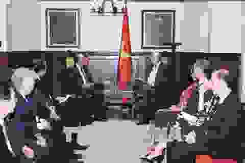 Thủ tướng Nguyễn Xuân Phúc gặp cựu Thủ tướng Canada Jeans Chretien và Tổng Thư ký OECD