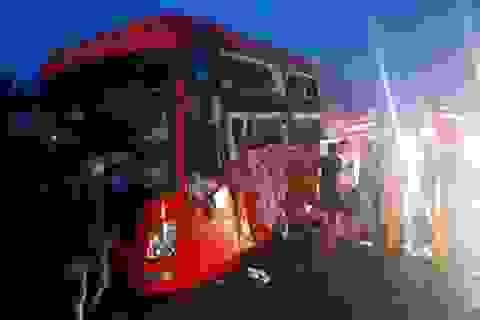 Hai xe khách đối đầu, hàng chục hành khách hoảng loạn