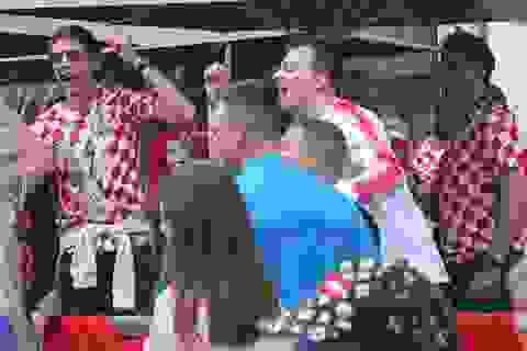 """Ghi nhanh từ Moscow: CĐV Anh và Croatia bắt đầu """"kình"""" nhau trước giờ bóng lăn"""