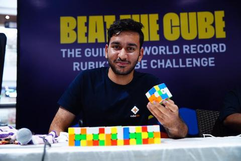 Chàng trai lập kỷ lục giải 2474 khối rubik chỉ bằng một tay