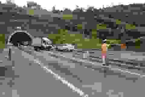 """Xe tải mất lái """"kỳ lạ"""", 3 người bị thương"""