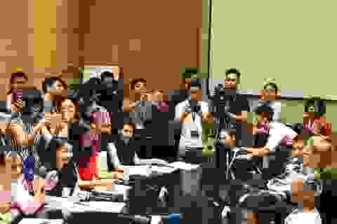 """""""Nàng"""" robot xinh đẹp Sophia mặc áo dài, """"đối đáp"""" với báo chí Việt Nam"""