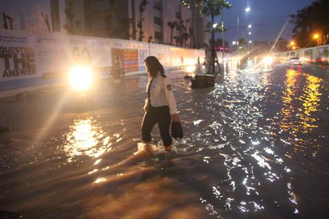 Người Hà Nội bì bõm trên phố-sông sau trận mưa rào