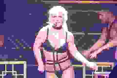 """Britney """"lộ hàng"""" trên sân khấu"""