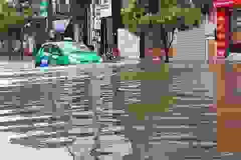 """Đường phố Vinh ngập sâu, xe """"trôi"""" trên sóng nước"""