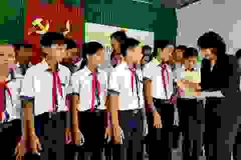 Phó Chủ tịch nước tặng quà gia đình chính sách, học sinh khó khăn