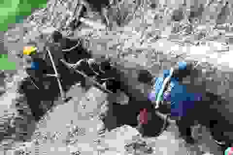 Cứu kịp thời nam công nhân bị đất vùi sâu 2,5m