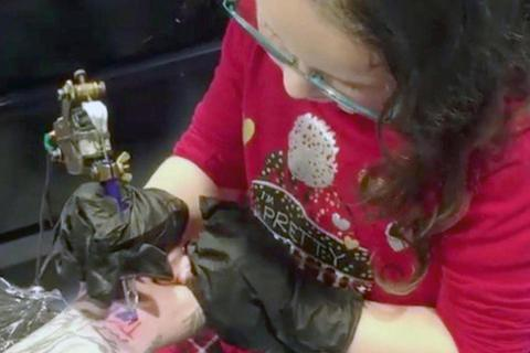 Ông bố liều mạng chìa cổ tay cho con gái 6 tuổi xăm tên lên mình