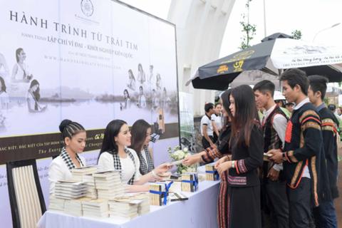 Kỳ Duyên, Mỹ Linh tặng 10.000 cuốn sách cho các bạn trẻ thành phố cà phê Buôn Ma Thuột