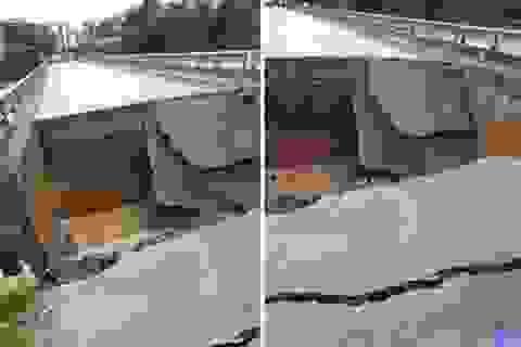 Hoảng hồn chứng kiến mặt cầu bỗng dưng sụt xuống thành hố sâu