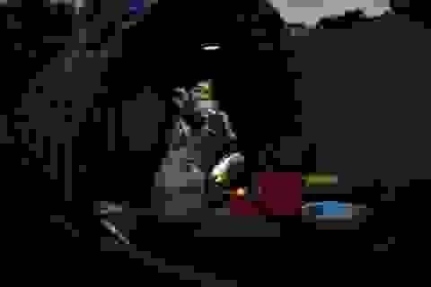 Người dân Hà Nội ăn ngủ trên thuyền, sống chung với lũ