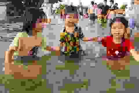 Hà Nội: Trẻ em thỏa thích bơi lội trên... tỉnh lộ
