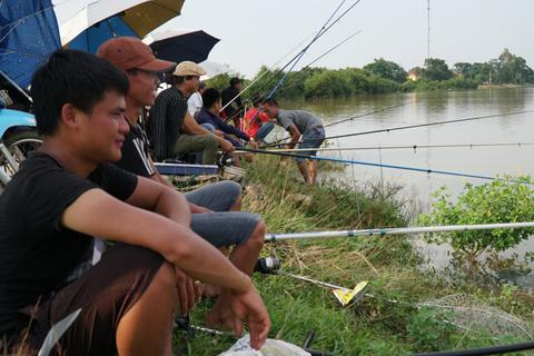 Hà Nội: Dân vùng ngập đổ xô ra đường câu cá