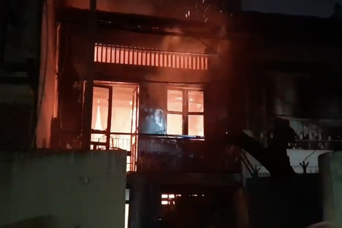 Cháy nhà 2 tầng trong hẻm, cả khu phố náo loạn