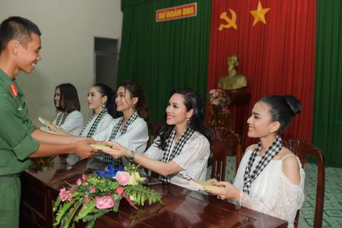 Hoa hậu, Á hậu xúc động khi tặng sách tại Sư đoàn bộ binh 5, quân khu 7
