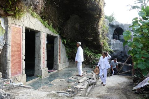 Quảng Ngãi: Du khách bất chấp nguy hiểm tham quan chùa Đục