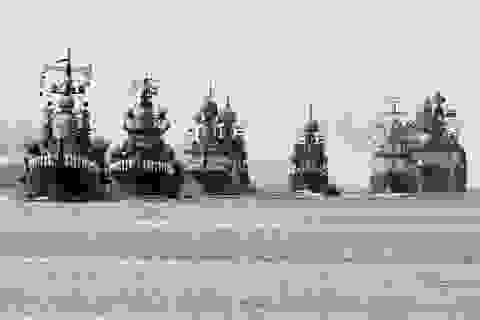 Dàn tàu chiến Nga diễn tập rầm rộ chuẩn bị duyệt binh