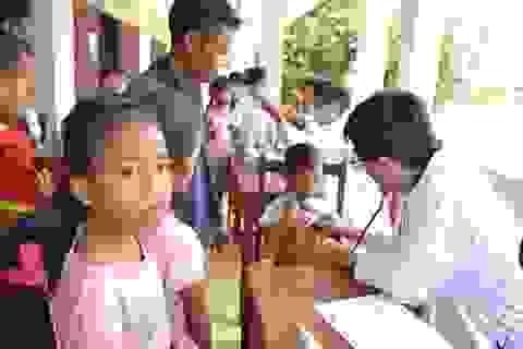 Bác sĩ Việt Nam thâu đêm cứu chữa nạn nhân vụ vỡ đập thủy điện