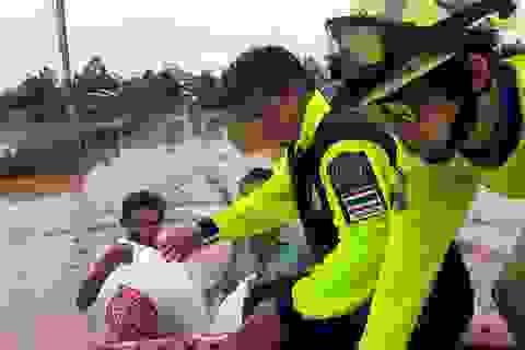 """Vụ vỡ đập thủy điện tại Lào: Đội cứu hộ Thái Lan """"trực chiến"""" cứu người gặp nạn"""