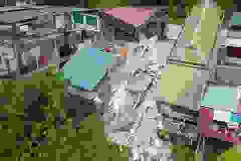 Hình ảnh hiện trường những ngôi nhà bị xé nát, trôi xuống sông Đà