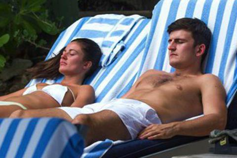 """Harry Maguire gây """"bão"""" với loạt ảnh đi nghỉ mát cùng bồ xinh"""