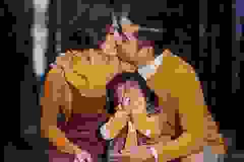 Con gái Vân Trang ngại ngùng che mặt khi hai vợ chồng hôn nhau