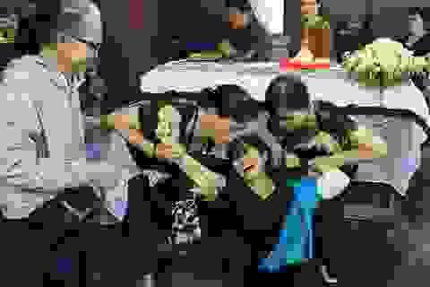 Hàng trăm người tiếc thương tiễn đưa cô bé hiến 2 giác mạc