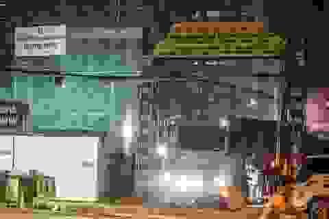 """Hà Nội: Xe tải """"vượt"""" biển cấm, dân khốn khổ vì bão bụi"""