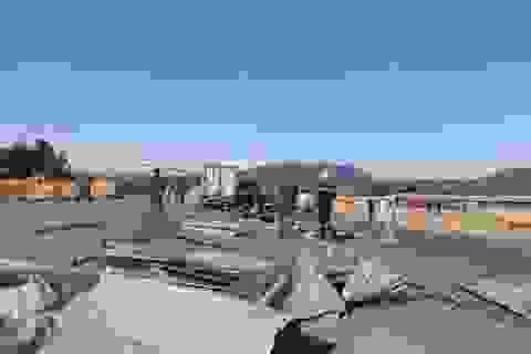 Xe tải hất văng 50 m rào chắn công trình, tài xế tử vong