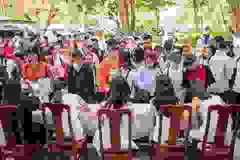 Hoa hậu Đỗ Mỹ Linh xúc động tặng sách cho sinh viên Đà Nẵng