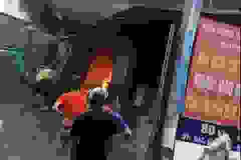 Hà Nội: Cháy kho vật liệu xây dựng, nhiều người chạy tán loạn