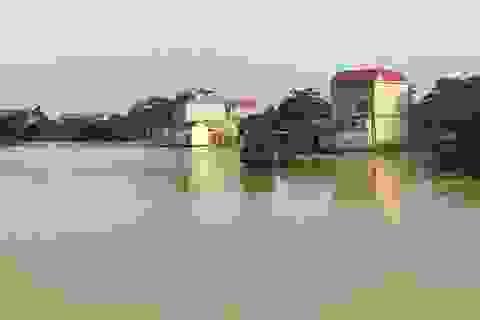 Ngập lụt ở Chương Mỹ: Xuất hiện hố sụt làm nghiêng nhà dân