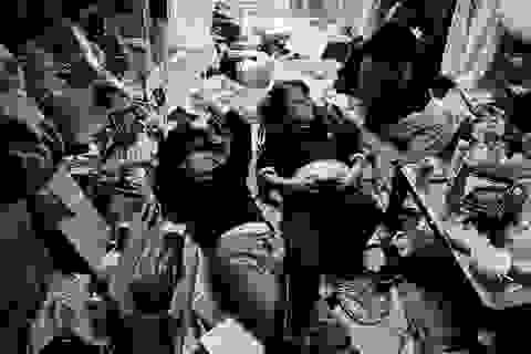 Bộ ảnh ghi lại cuộc sống của cả gia đình trong... một căn phòng nhỏ