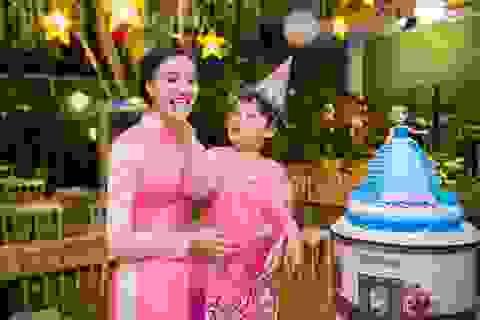 Mẹ con Trần Huyền Nhung duyên dáng trong tà áo dài Việt của NTK Ngọc Hân