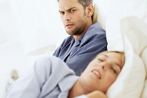 """Chồng gọi điện cầu cứu cảnh sát vì vợ... ngáy to như """"tiếng xe máy nổ"""""""