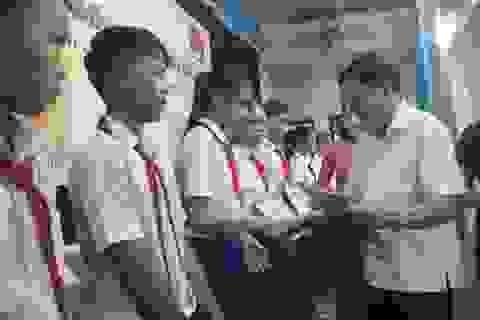 Hơn 90 học sinh nghèo hiếu học được tặng học bổng Lê Mộng Đào