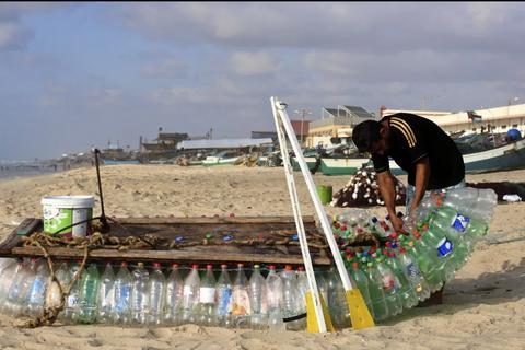 """Thuyền vỏ chai nhựa vượt đại dương từ """"tâm bão"""" xung đột Gaza"""