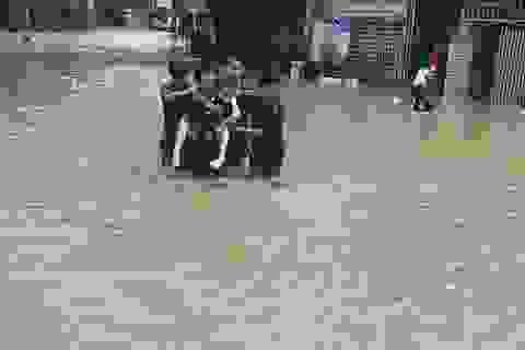 Công an, bộ đội dầm mình trong nước lũ đục ngầu giúp dân