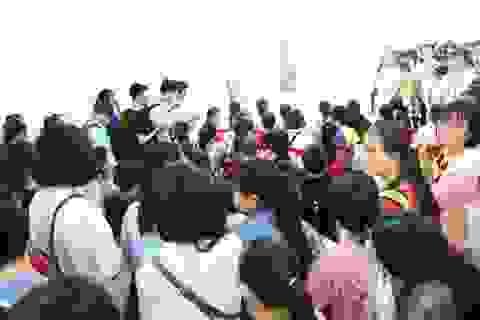 Tân sinh viên chen chân làm thủ tục nhập học