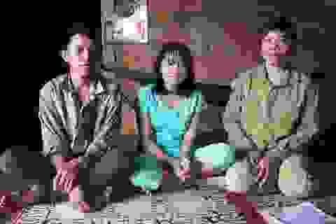 Bé gái 13 tuổi bị ung thư máu, mẹ đi khắp nơi kiếm lá thuốc cầm cự cho con