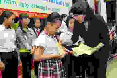 Phó Chủ tịch nước tặng quà gia đình chính sách và học sinh khó khăn Quảng Nam
