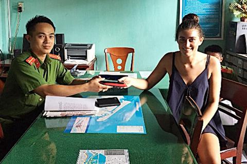 Hội An: Trao trả tài sản đánh rơi cho du khách nước ngoài