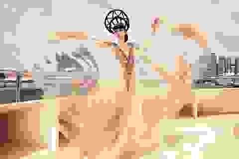 Jessica Minh Anh diễn thời trang trên sông Seine - Pháp