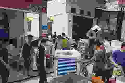 """Hà Nội: Hàng chục bộ đội giúp người dân """"chạy"""" đồ đạc trong vụ cháy"""