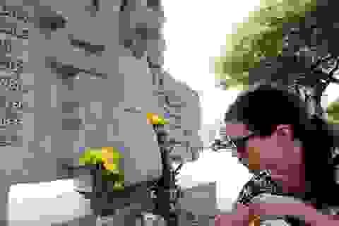 Người dân đặt hoa tưởng niệm Thượng nghị sĩ McCain bên hồ Trúc Bạch